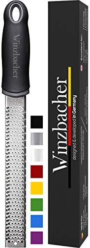 Winzbacher® - Premium Zester Reibe I Parmesanreibe, Zitronenreibe, Muskatnuss Reibe, Ingwerreibe u.v.m. I rasiermesserscharfe Edelstahl Klinge I Spülmaschinenfest...