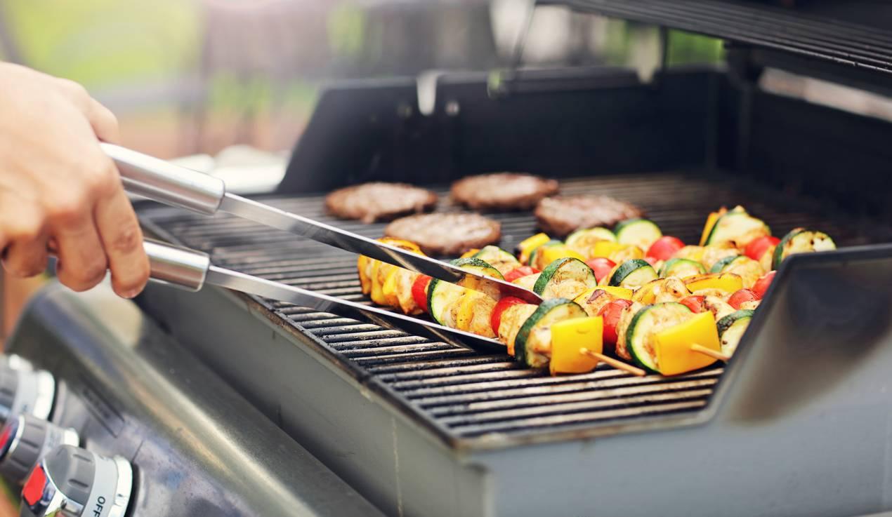 grillbesteck-Closeup-of-grilled-shashliks