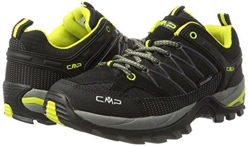 da4243b0e40 Limpie regularmente las botas para caminar con esmalte repelente al agua  para protegerlas. Los zapatos mojados deben rellenarse con periódico y  luego ...